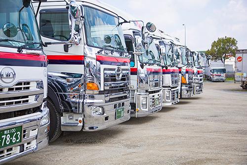 建材サッシの中型トラックドライバー